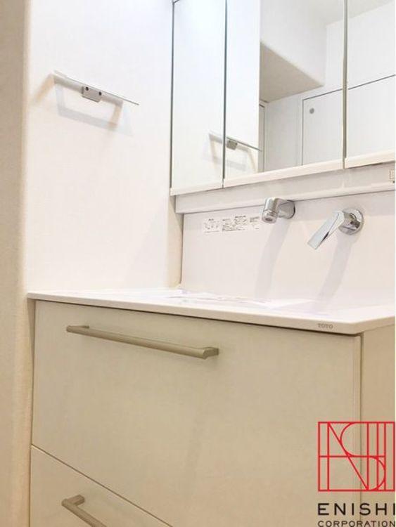 TOTO製の独立型洗面化粧台。シャワー付きで忙しい朝に活躍してくれます。