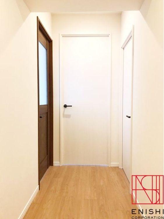 玄関からリビングへつながる廊下。リビングのドア窓からは明るい光が出迎えてくれます。
