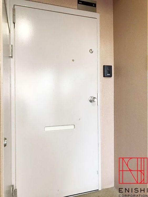 モニター付きインターフォン設置でセキュリティー面も安心です。ダブルロック、防犯カメラ設置。