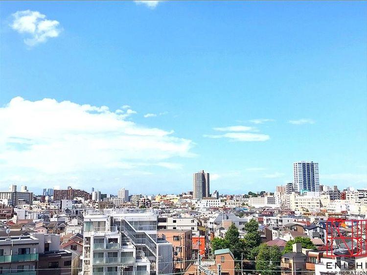 西側バルコニーからの眺望。8階で視界を遮る高い建物がないためとても気持ちのいい景色が広がります。