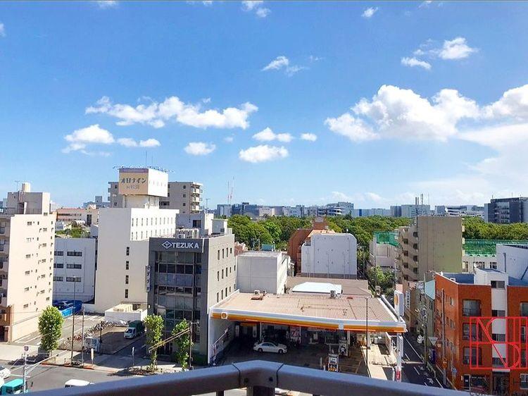東側バルコニーからの眺望。視界には気持ちの良い青空が広がります。