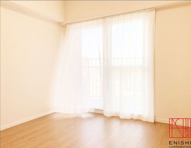 約5.3帖の洋室の様子。こちらのお部屋からもバルコニーに出られます。