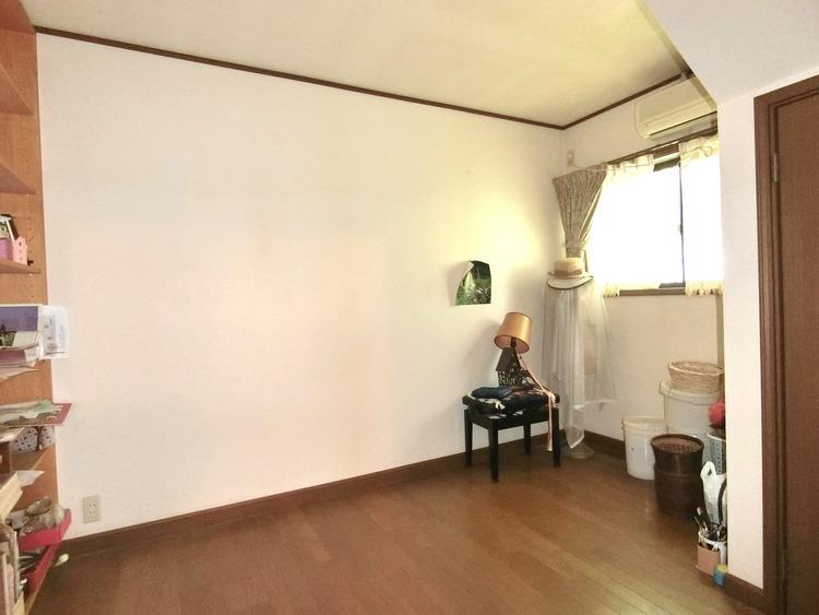 約5帖の洋室です。子供部屋にもちょうどいい大きさですね。