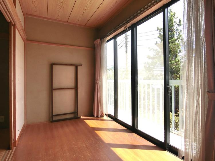 和室の広縁です。お昼寝や日光浴を楽しめそうな心地よい空間です。