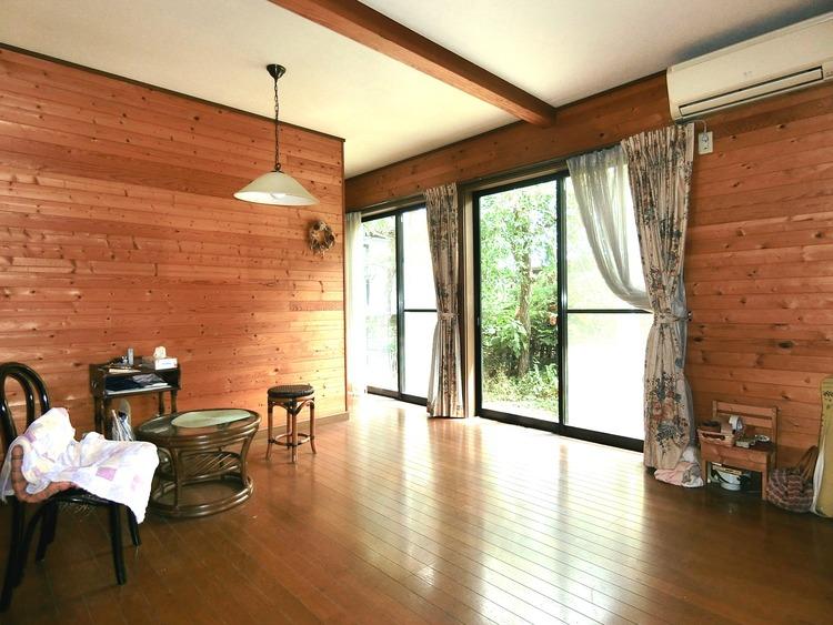 木の温かみを感じるリビングです。大きな窓から光が差し込む明るいお部屋です。