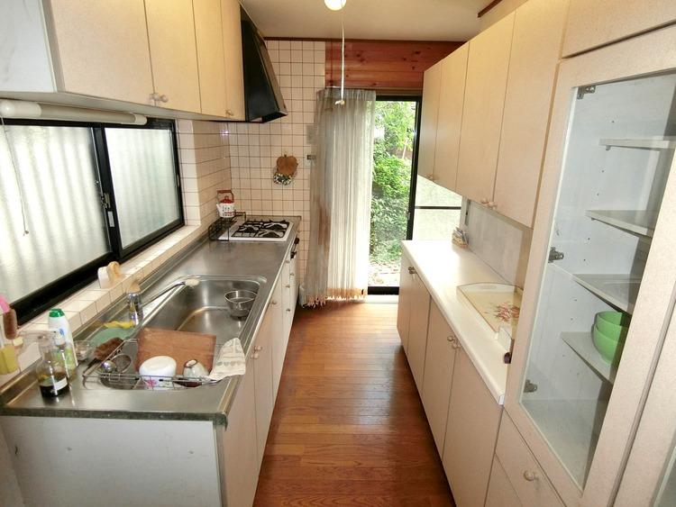 収納が豊富で食器や料理道具がすっきりとしまえ、家事がはかどりそうなキッチンです。