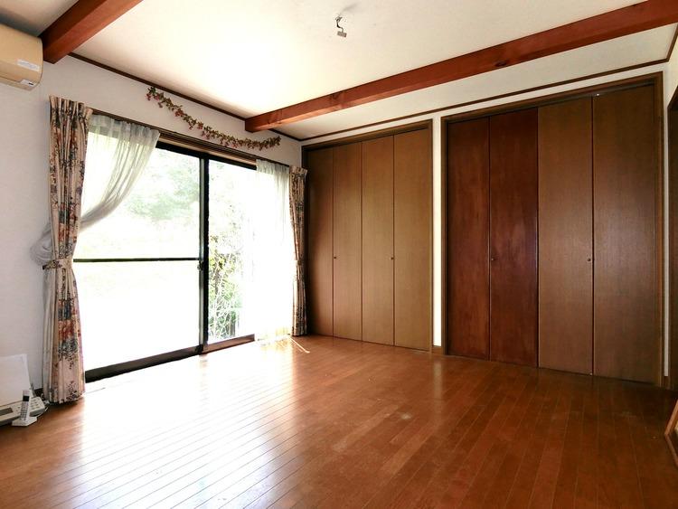 洋室約8帖の洋室です。壁一面の収納があり、お部屋がすっきりと片付きそうです。