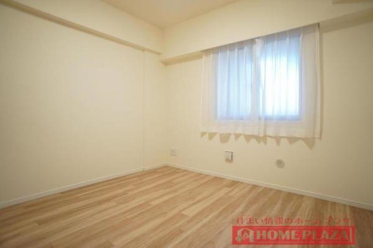 腰高窓で、家具を置いても明るい洋室となっております。