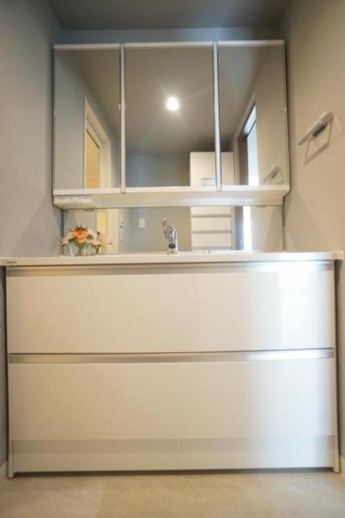 大きな洗面化粧台で、朝の身支度も捗ります。