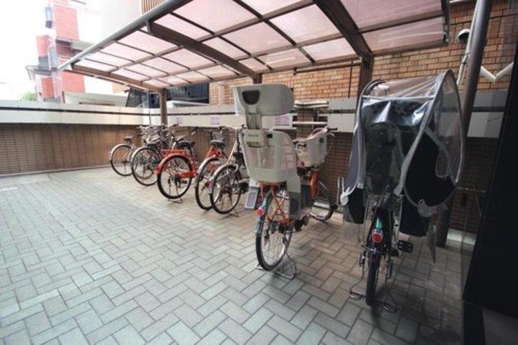 屋内の駐輪場を備えていますので、雨の日でも安心。※空き状況は都度ご確認下さい。