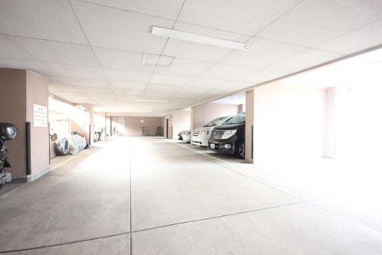 屋内の駐車場を備えていますので、雨の日でも楽々。空き状況は都度ご確認下さい。