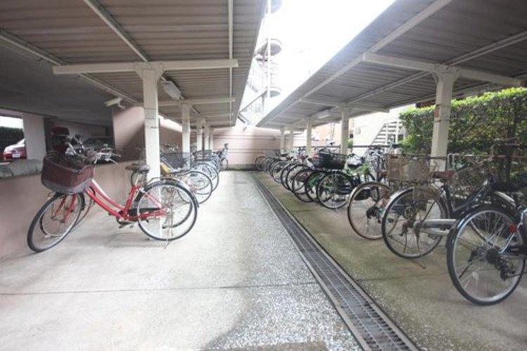 駐輪場には屋根がついておりますので、悪天候でも安心です。