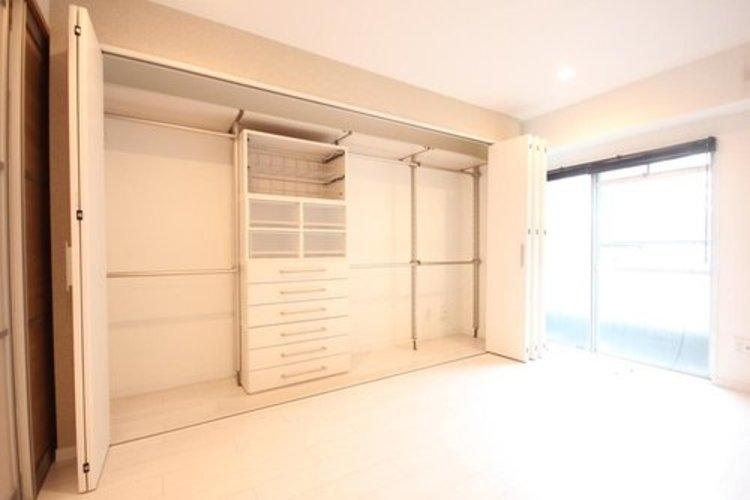 お部屋を最大限に広く使って頂ける様、収納部分がとても充実しております。プライベートルームはゆったりと快適に。