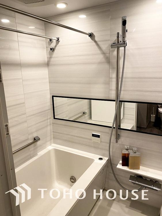 グレイッシュカラーの清潔感のある浴室で、一日の疲れを癒す時間を過ごせます