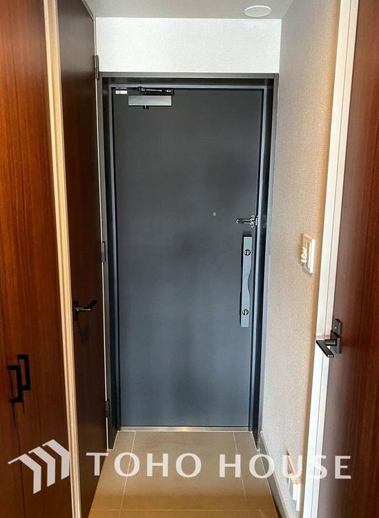 落ち着いた雰囲気の玄関にはたっぷり収納の「シューズインクローク」付き