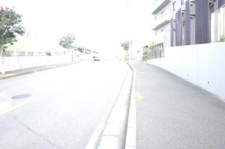 前面道路は歩道がございます。