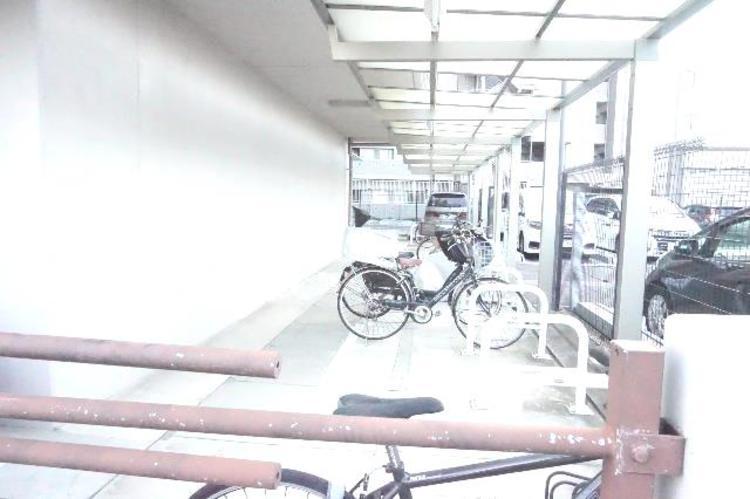 自転車置場です。屋根付きがうれしいですね。