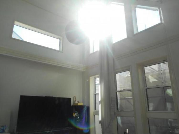 吹き抜け天井のため、空間が広く感じます。窓からの光は居室を明るく照らしてくれます。