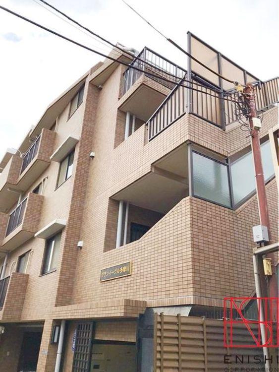 総戸数31戸、地上4階建ての2階部分。京急本線「雑色」駅徒歩12分。閑静な住宅街です。