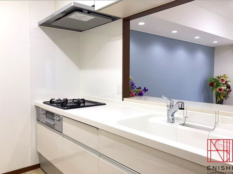 LIXIL製のキッチンの様子。カウンターキッチンからは家族との会話をお楽しみください。
