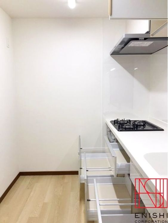 奥行きがしっかり確保されたキッチンスペースは家事導線をスムーズにします。収納も豊富で上には吊戸も設えられています。