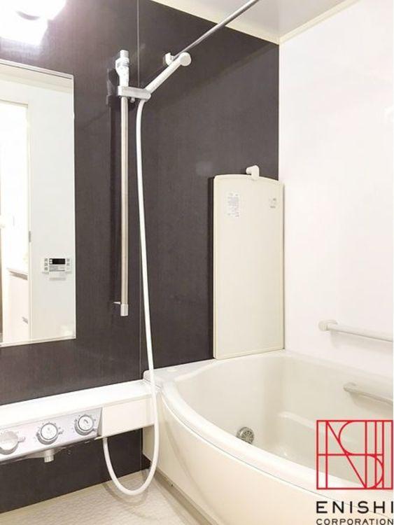 バスルーム。くつろぎのバスタイムをお楽しみください。また浴室暖房・乾燥機付きで雨の日のお洗濯も安心です。もちろん追焚き機能付で水道代も節約できます。