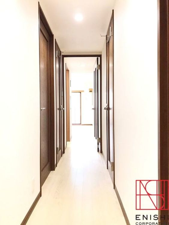 玄関からリビングへつながる廊下。リビングからは明るい光と家族の笑顔が出迎えてくれます。