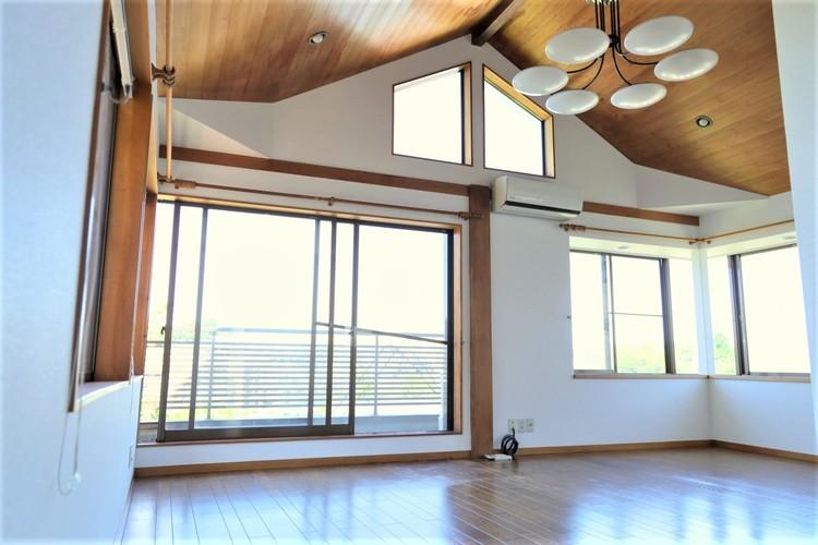 天井が高く開放感がございます。