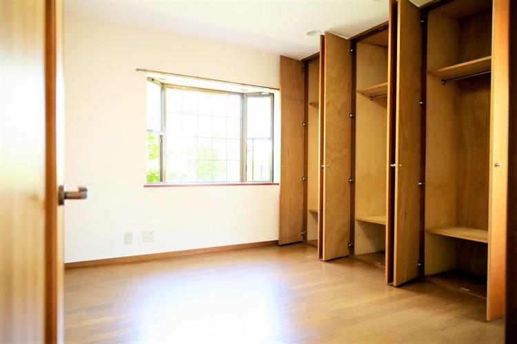収納がたっぷり付いた洋室です。