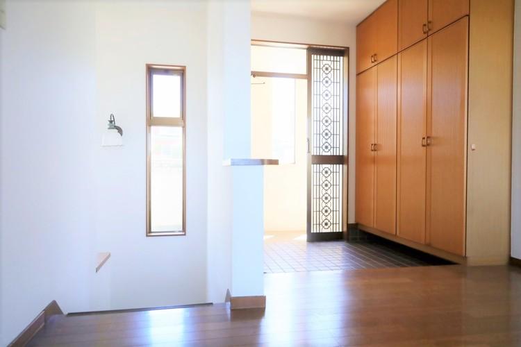 玄関には、たっぷり収納できるシューズボックスがございます。