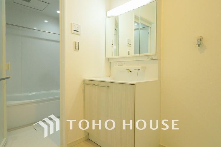 白を基調とした清潔感のある洗面室