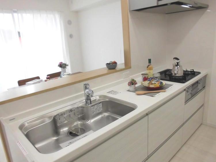 清潔感のある白を基調としたキッチンです。