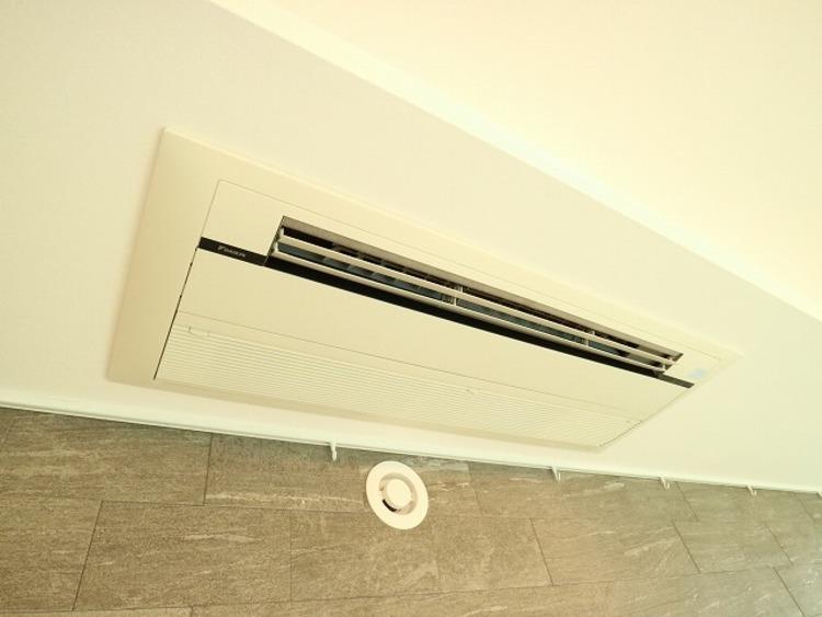 天井埋込型エアコン。様々な暮らしに調和する充実の機能により、お客様ひとりひとりに快適さを提供します。