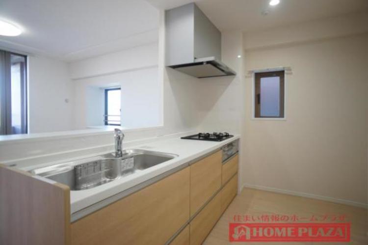 小窓のあるキッチンは、お料理の臭いが気になりにくく快適な空間を保つことができます。