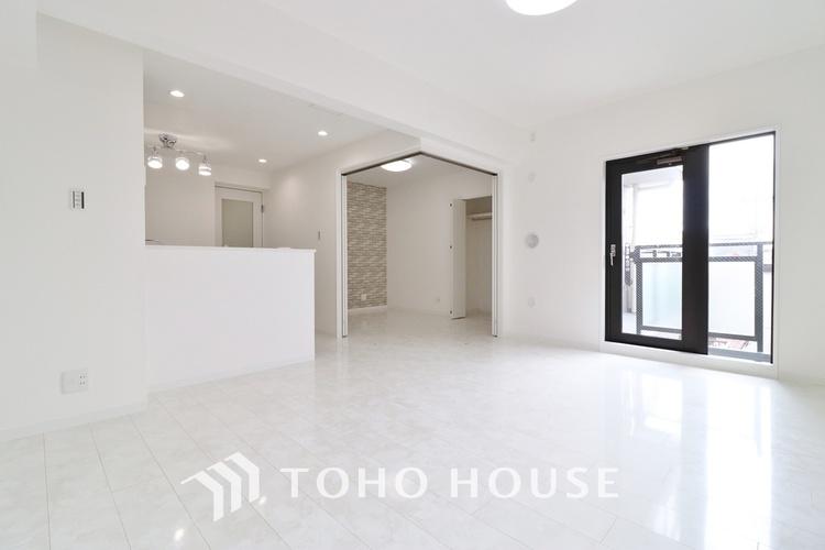 「リフォーム済・ピカピカの室内」広がりのある空間を確保したリノベーション。色味を白に統一することで落ち着きと開放感のある雰囲気の居室になっています。