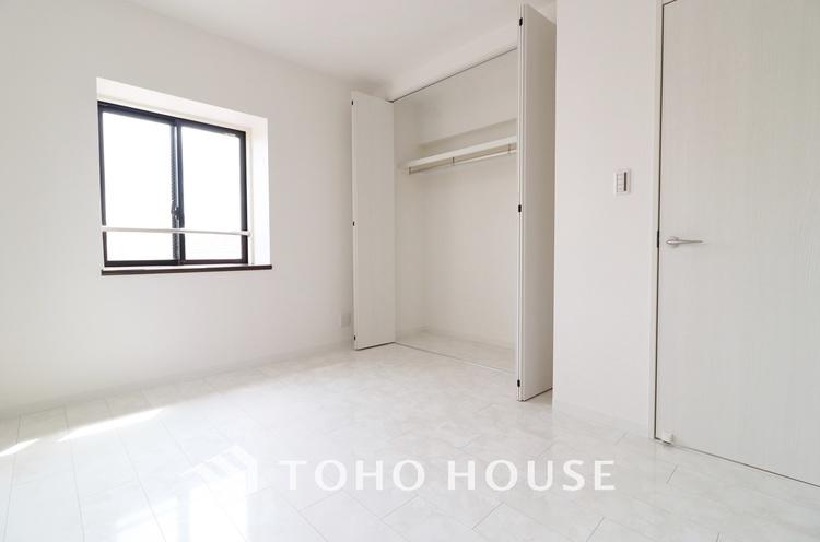 「6.5帖居室」クローゼットのあるお部屋〜荷物を収納することでお部屋をスマートに見せることができます。気持ちの良い自分空間を。