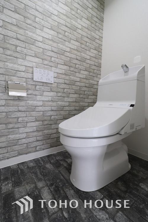 「リフォーム済・トイレ」清潔な印象のトイレにリフォーム済みです。もちろん温水洗浄便座付きで機能性も兼ね備えています。
