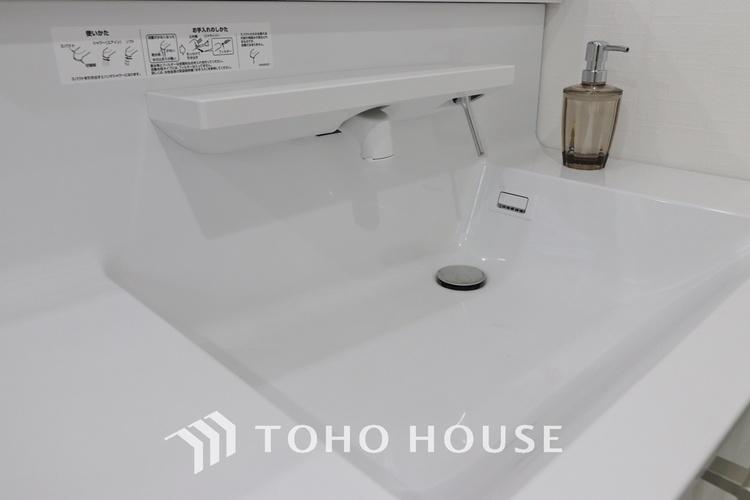 「リフォーム済・洗面台」すっきりとした印象にリフォーム済の洗面台は機能的で収納も豊富〜使い勝手良く朝の忙しい支度もスムーズに過ごせます。