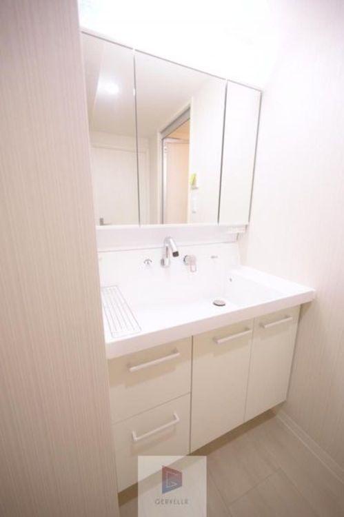 洗面台は朝を快適させてくれる空間としては大切な空間です。バタバタしている忙しい朝でも収納が多い洗面台では短時間で効率良く支度ができます。