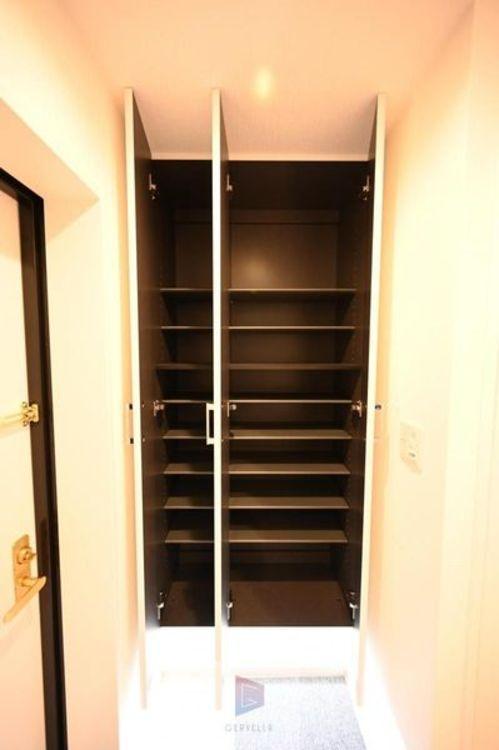 玄関横に設置されたシューズインクローゼット。高さの調節もでき、お好きなサイズの靴はもちろん、傘やレインコート、ゴルフバック等の収納場所としても活用できる空間ですので、スッキリとした玄関が実現できます。