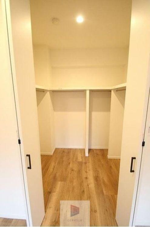 収納便利なウォークインクローゼットを備えた住まいです。大きな荷物の収納や衣替えには心強い収納スペースです。