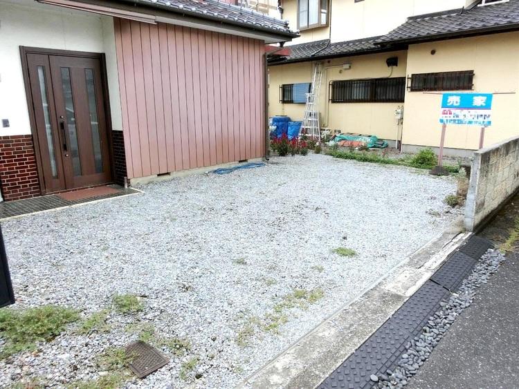 敷地内に駐車スペースございますので、お車をお持ちの方も対応できますね。