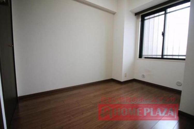 窓が腰高窓なので、下に家具などを置けます。明るさ・通風・家具設置を考慮した便利な窓です。