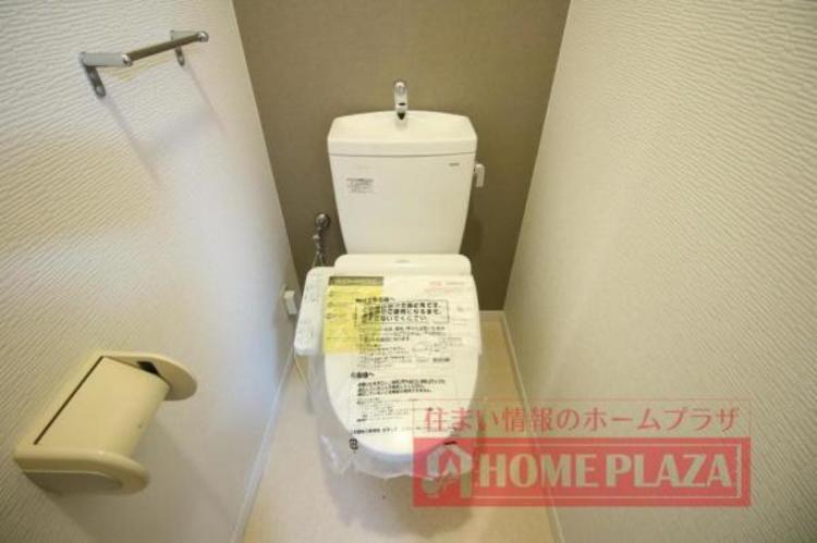シックなアクセントクロスがオシャレな温水洗浄便座付のトイレ。