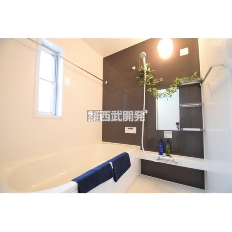 浴室の壁はメインカラーを白、アクセントカラーをブラウンとした落ち着いてくつろげる雰囲気の浴室となっております。綺麗な浴室で一日の疲れをゆっくりと癒してください!