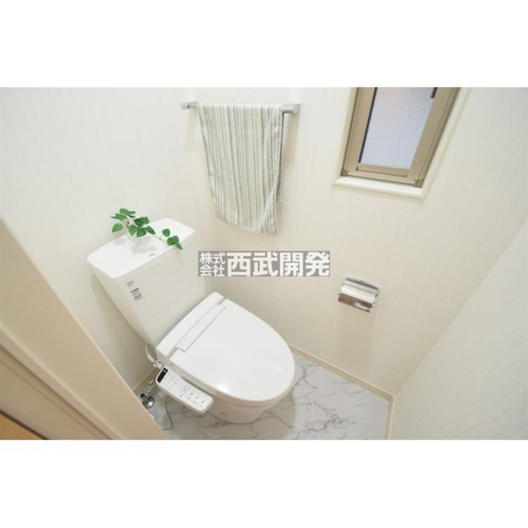 トイレは温水洗浄便座付きのトイレに交換済です。窓も付いておりますので、明るい清潔なトイレとなっております!