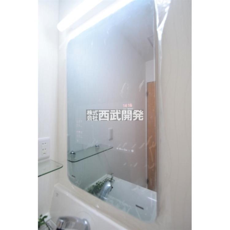 洗面の鏡はスマートミラーとなっております。Bluetoothにも対応しており、洗面でネットニュースやYouTubeを楽しむことも可能ですので、毎日の朝の身支度の時間がとても楽しくなりそうですね!