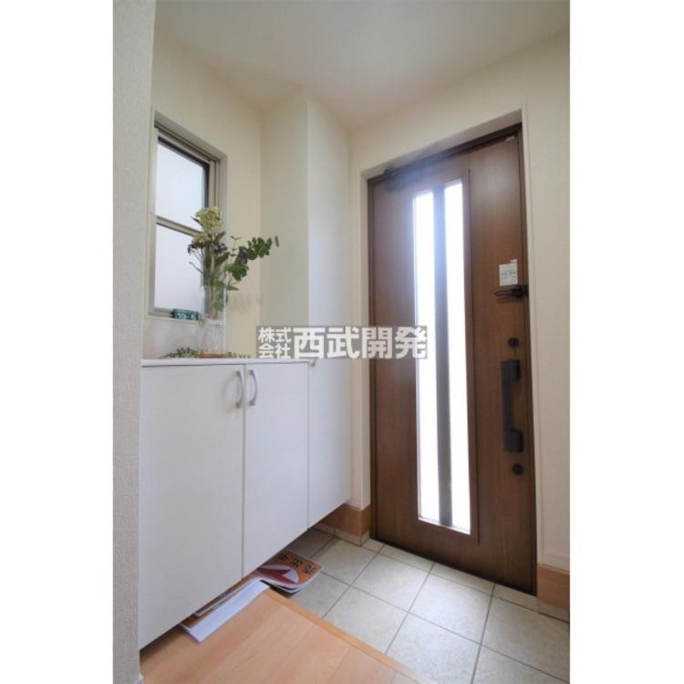 玄関は白を基調としたシューズボックスを採用しております。玄関ドアにもガラスが付いておりますので、太陽の光が入ってくる明るい玄関となっております!