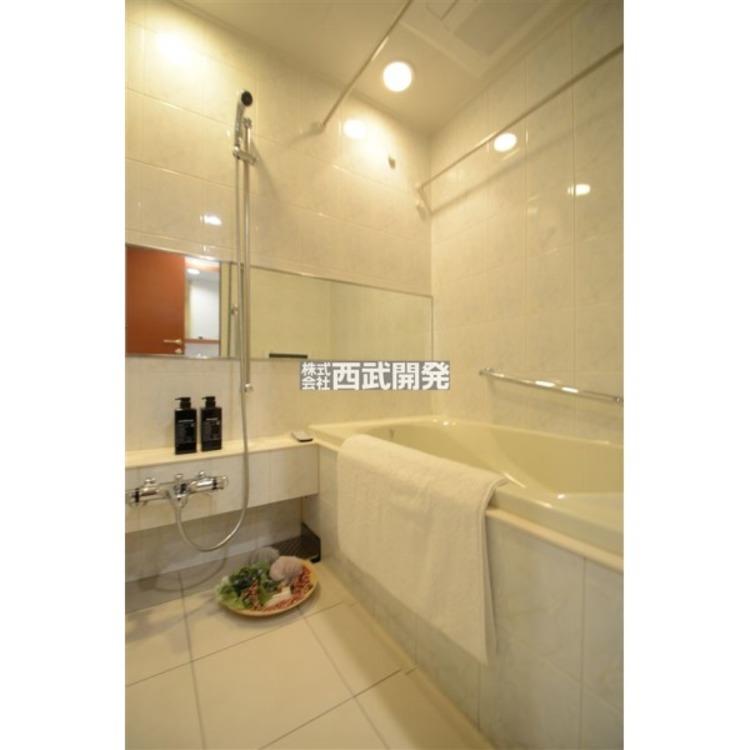 お子様と一緒にバスタイムを楽しめる広々浴室。暖房・涼風機能付きで心地よいバスタイムを実現します。
