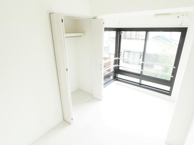L字型の窓は開放感があり、お部屋が明るくなりますね。